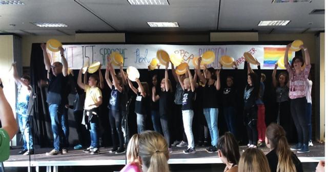 """Foto: Unsere Schülerinnen und Schüler nutzen das """"Drinnen statt Hof-Fest"""", um auch der Schulgemeinschaft einige Lieder aus Cantania zu präsentieren."""